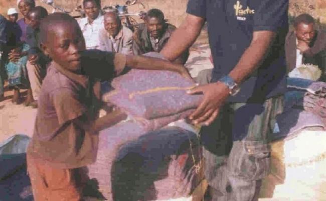 Mzuzu, marzo 2008, distribuzione delle coperte agli orfani